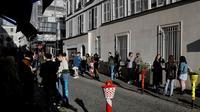 Des apéritifs partagés devant les portes closes d'un restaurant à Montmartre, le 23 mai 2020 [THOMAS COEX / AFP]