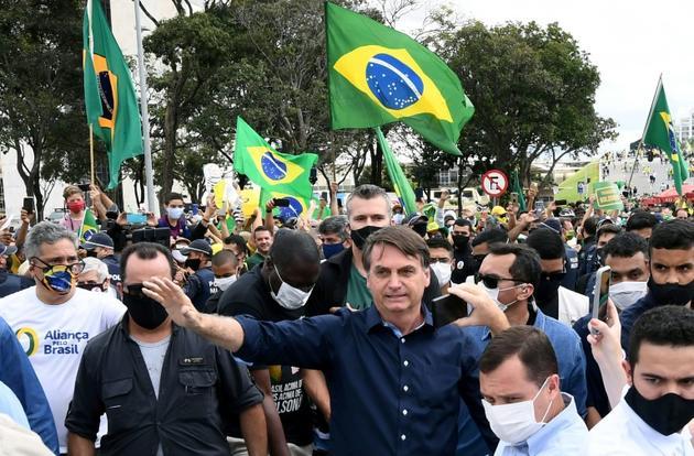 Bain de foule pour le président brésilien Jair Bolsonaro, à Brasilia le 24 mai 2020 [EVARISTO SA / AFP]