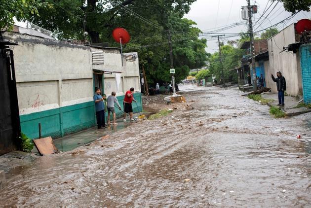 Une rue inondée après le passage de la tempête tropicale Amanda à San Salvador, le 31 mai 2020 [Yuri CORTEZ / AFP]