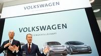 Le patron de Volkswagen Herbert Diess (droite) et le directeur du conseil de surveillance Hans Dieter Pötsch, le 13 avril 2018 à Wolfsburg [Odd ANDERSEN / AFP/Archives]