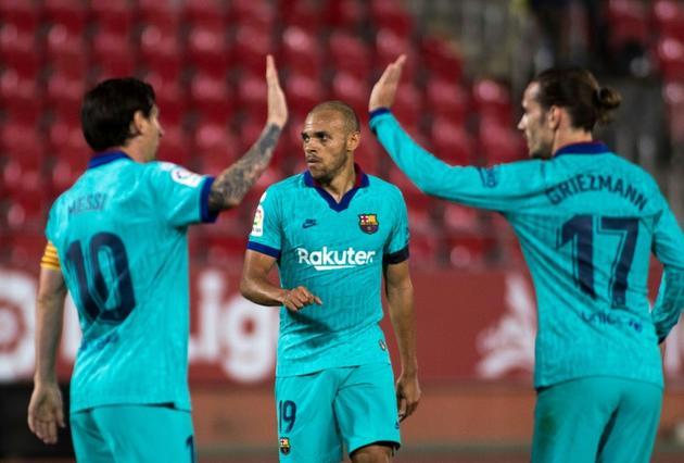 L'attaquant danois de Barcelone, Martin Braithwaite (c), félicité par l'attaquant argentin Lionel Messi et l'attaquant français Antoine Griezmann après son but lors du match de Liga contre Majorque, à Palma de Majorque, le 13 juin 2020 [JAIME REINA / AFP]