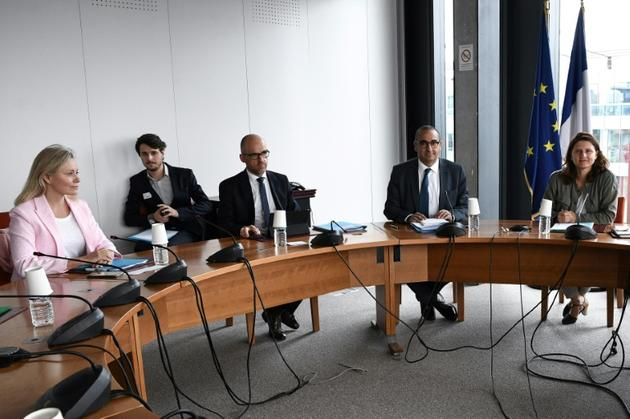 La présidente de la LFP Nathalie Boy de la Tour (g), lors d'une réunion avec les ministres Laurent Nunez et Roxana Maracineanu (d) sur la gestion des supporters du football, le 8 juin 2020 à Paris [Anne-Christine POUJOULAT / AFP/Archives]