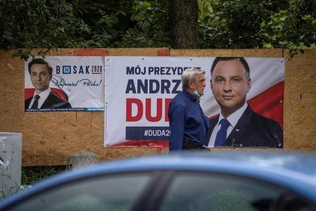 Panneau éléctoral du président sortant Andrzej Duda le 25 juin 2020 à Varsovie [Wojtek RADWANSKI / AFP]