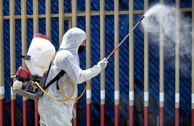 Désinfection d'une aire de triage d'un hôpital de Mexico, le 12 juin 2020 [Alfredo ESTRELLA / AFP]