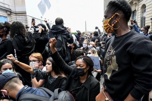 Des manifestants s'agenouillent lors d'un rassemblement près de la place de la Concorde et de l'ambassade américaine, le 6 juin 2020 à Paris, pour dénoncer les violences policières  [Anne-Christine POUJOULAT             / AFP]