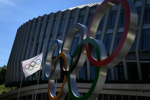 Les anneaux olympiques représentés devant le siège du Comité international olympique (CIO) à Lausanne. Photographie prise le 26 mai 2020. [FABRICE COFFRINI / AFP/Archives]