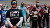 """Bubba Wallace à Atlanta le 7 juin 2020, portant un T-shirt """"I Can't Breath"""", en hommage à George Floyd, quadragénaire afro-américain tué par un policier [Chris Graythen / GETTY IMAGES NORTH AMERICA/AFP/Archives]"""