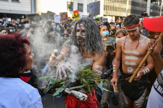 Des manifestants participent à une cérémonie traditionnelle abrigènes, pendant la manifestation contre le racisme à Sydney, le 6 juin 2020 [SAEED KHAN / AFP]