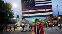Un manifestant brandit une pancarte lors d'une manifestation à Denver, Colorado, le 31 mai 2020, suite au décès de George Floyd.