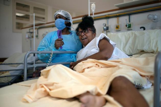 L'infirmière Claudia, s'occupe d'une patiente dans l'unité