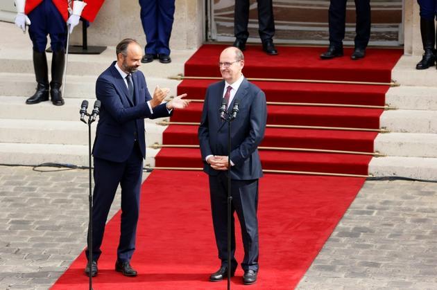 L'ex-Premier ministre Edouard Philippe applaudit son successeur Jean Castex, dans la cour de l'Hôtel Matignon, le 3 juillet 2020 [Thomas SAMSON<br />  / POOL/AFP]