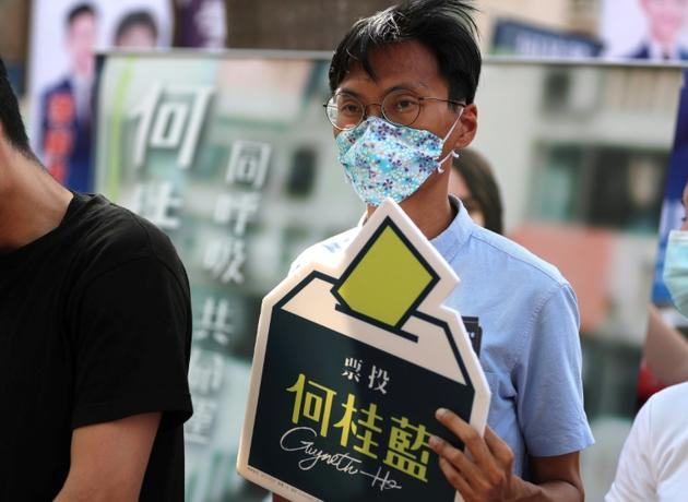 L'actuel député pro-démocratie de Hong Kong Eddie Chu, dont le militantisme très en vue lui a valu l'interdiction de se représenter, fait campagne pour la candidate Gwyneth Ho, pour les primaires des pro-démocrates, le 11 juillet 2020 [May JAMES / May James/AFP]