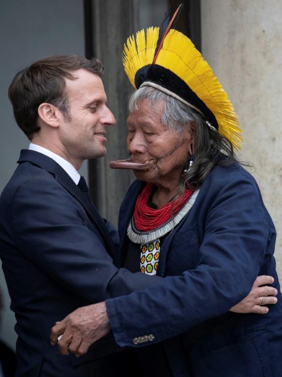 Le chef indigène Raoni Metuktire (d) reçu par le président français Emmanuel Macron à l'Elysée, le 16 mai 2019 à Paris [Thomas SAMSON / AFP/Archives]