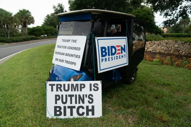 Des pancartes hostiles à Donald Trump exposées sur un rond-point par Casey Marr et Ed McGinty, à Orlando, Floride, le 23 juillet 2020 [Bryan R. Smith / AFP]