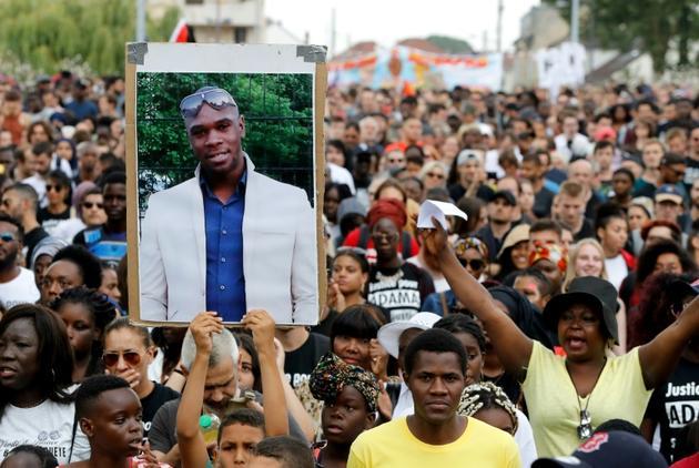 Portrait d'Adama Traoré brandi lors d'une manifestation le 21 juillet 2018 à Beaumont-sur-Oise, deux ans après sa mort [FRANCOIS GUILLOT / AFP/Archives]