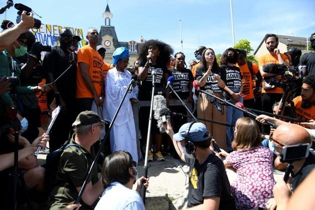Assa Traoré la soeur d'Adama Traoré s'exprime le 18 juillet 2020 à Beaumont-sur-Oise, lors de la marche organisée quatre ans après la mort de son frère [Bertrand GUAY / AFP]
