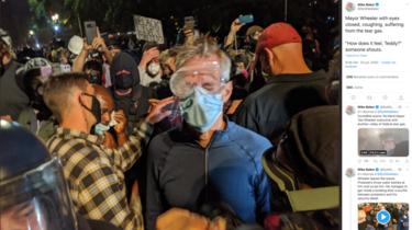 Ted Wheeler, le maire de Portland a reçu du gaz lacrymogène