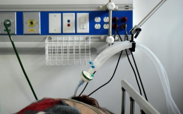 Un malade du Covid-19 reste intubé dans l'unité de soins intensifs de du centre médical de San Luis à Soacha, près de Bogota en Colombie le 24 juillet 2020 [Raul ARBOLEDA / AFP]