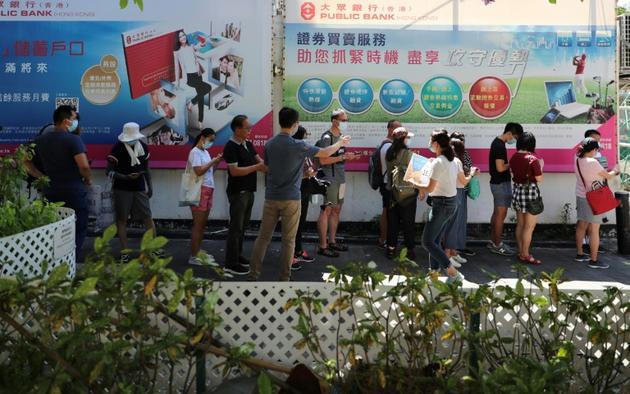 Des gens font la queue pour aller voter durant des élections primaires organisées par le camp pro-démocratie, à Hong Kong le 11 juillet 2020 [May JAMES / May James/AFP]