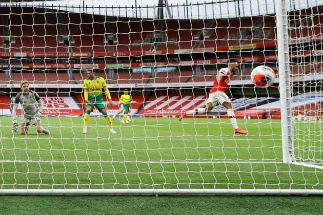 L'attaquant d'Arsenal, Pierre-Emerick Aubameyang (d), auteur d'un doublé lors du match de Premier League face à Norwich, à Londrs, le 1er juillet 2020 [Richard Heathcote / POOL/AFP]