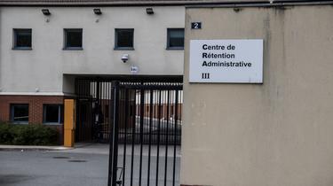 Les centres de rétention administrative sont des lieux où sont placés les migrants en attente d'expulsion.