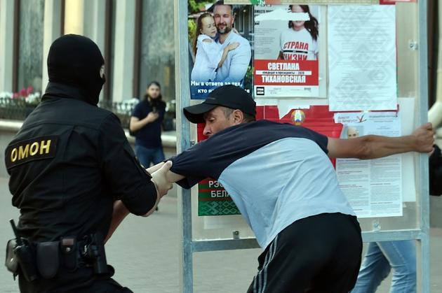 Arrestation pendant une manifestation de l'opposition à Minsk, le 8 août 2020 [Sergei GAPON / AFP]