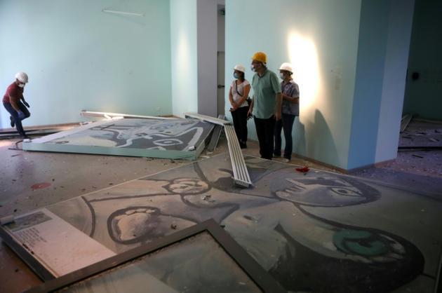Les employés du musée Sursock à Beyrouth inspectent les dégâts après l'explosion du port, le 7 août 2020 [PATRICK BAZ / AFP]