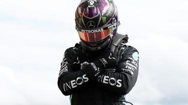 Le Britannique Lewis Hamilton se recueille en hommage à l'acteur américain décédé Chadwick Boseman après les qualifications du GP de Belgique, le 29 août 2020 sur le circuit de Spa-Francorchamps [FRANCOIS LENOIR / POOL/AFP]