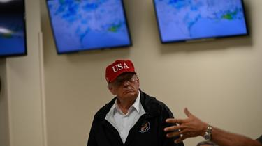 Le président Donald Trump le 29 août 2020 au cours d'une visite à Orange (Texas) après le passage de l'ouragan Laura qui a frappé la Louisiane et le Texas [ROBERTO SCHMIDT / AFP]