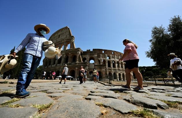 Un vendeur de rue équipé d'un masque devant le Colisée à Rome le 22 août 2020  [Vincenzo PINTO / AFP]