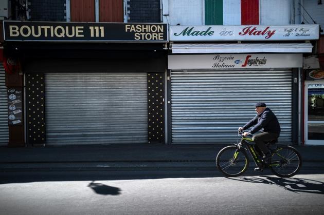 Un cycliste dans une rue déserte de Lourdes, dans le sud de la France, le 9 avril 2020  [Lionel BONAVENTURE / AFP/Archives]