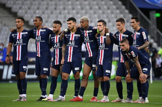 les joueurs du Paris Saint-Germain attendent le résultat des tirs au bur lors de la finale de la Coupe de la Ligue contre l'Olympique Lyonnais au Stade de France à Saint-Denis, près de Paris, le 31 juillet 2020<br />  [FRANCK FIFE / AFP]