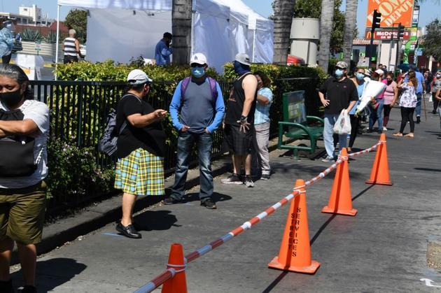 Des personnes font la queue pour un test du coronavirus à Los Angeles, Californie, le 10 août 2020<br />  [Robyn Beck / AFP]