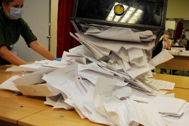 Dépouillement des bulletins de vote, le 9 août 2020 à Minsk, en Bélarus [Siarhei LESKIEC / AFP]