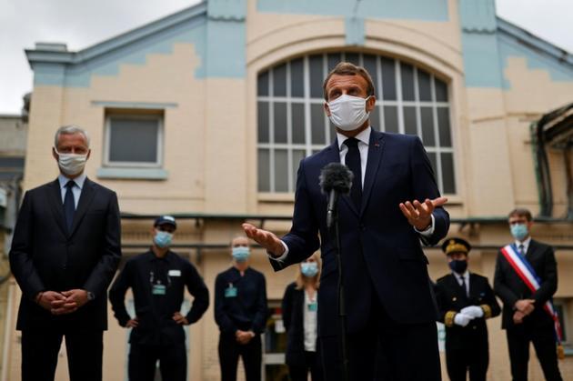 Le président français Emmanuel Macron le 28 août 2020 en visite dans les laboratoires du groupe pharmaceutique Seqens, à Villeneuve-la-Garenne près de Paris [CHRISTIAN HARTMANN / POOL/AFP]