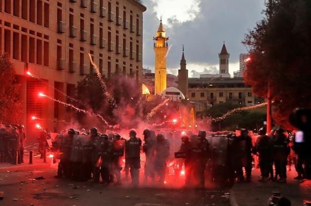 Des feux d'artifice lancés par les manifestants vers les forces de l'ordre, à Beyrouth le 10 août 2020 [JOSEPH EID / AFP]