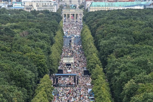 La manifestation contre les mesures contraignantes liées au Covid-19 a rassemblé quelque 17.000 personnes, selon la police, le 1er août 2020 à Berlin [John MACDOUGALL / AFP]