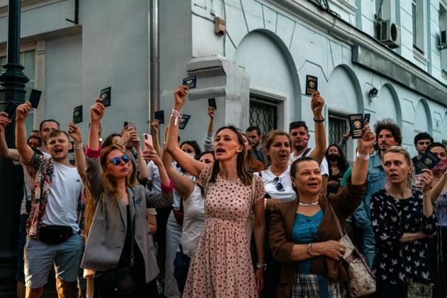 Manifestation de Bélarusses devant leur ambassade à Moscou pour dénoncer les résultats de l'élection présidentielle le 9 août 2020 [Dimitar DILKOFF / AFP]
