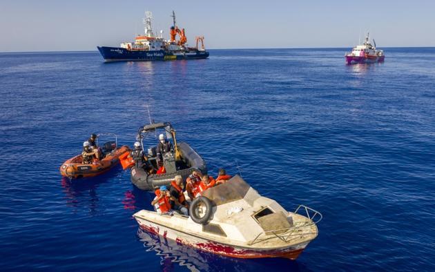 Photo prise le 22 août et diffusée le 28 août 2020 du bateau Sea-Watch 4 (g) à proximité du navire Louise Michel, affrété par le street-artiste Banksy, au large de la Libye [Thomas Lohnes / Chris GRODOTZKI/AFP]