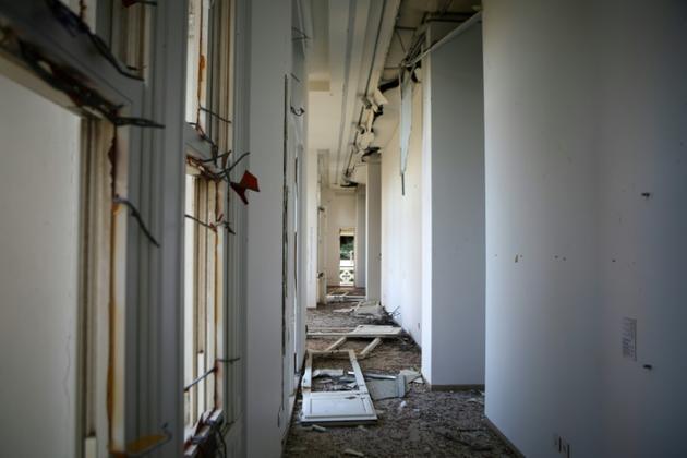 Un couloir du musée Sursock à Beyrouth, ravagé par l'explosion du port, le 5 août 2020 [PATRICK BAZ / AFP]