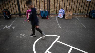 Le recours à un arrêt de travail pour les parents confrontés à la fermeture de la classe de leur enfant est étudié par le gouvernement.