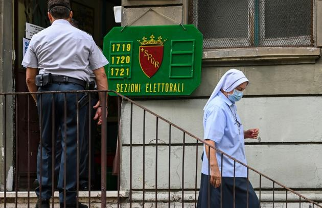 Une religieuse sortant d'un bureau de vote à Rome, où des élections ont lieu en dépit du coronavirus, le 20 septembre 2020 [Vincenzo PINTO / AFP]