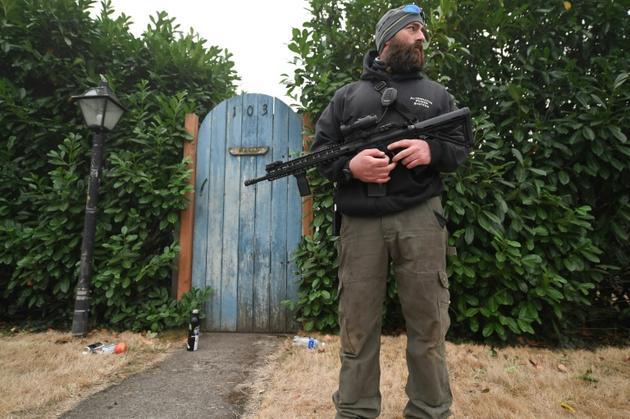 Matt Watts protège sa maison des pilleurs à Estacada (Oregon) le 12 septembre 2020<br />  [Robyn Beck / AFP]