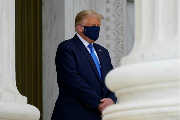 Le président américain Donald Trump se recueille devant le cercueil de la juge progressiste de la Cour suprême Ruth Bader Ginsburg à Washington le 24 septembre 2020 [Alex Brandon / POOL/AFP]