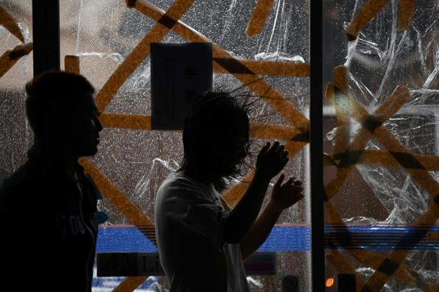 Des vitrines protégées à l'approche du cyclone Haishen, à Kagoshima, au Japon, le 6 septembre 2020 [CHARLY TRIBALLEAU / AFP]