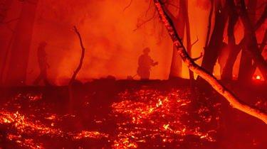 Des pompiers sur une propriété en feu lors de l'incendie de Glass à Calistoga, en Californie, le 1er octobre 2020.