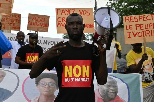 Des manifestants dénoncent la décision de Alassane Ouattara de se présenter pour la troisième fois à l'élection présidentielle, le 15 octobre 2020 à Abidjan [Issouf SANOGO / AFP]