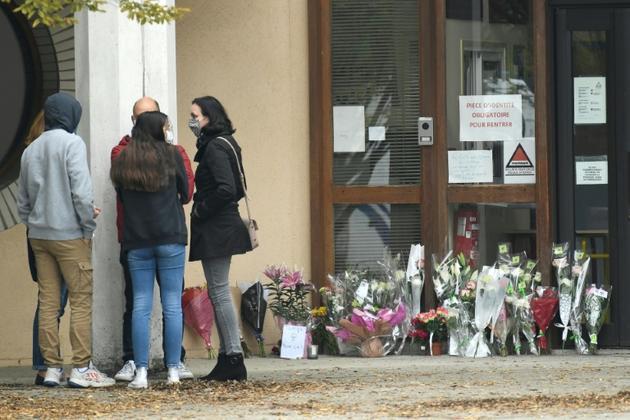 Hommages à l'enseignant décapité devant l'école à Conflans-Sainte-Honorine, le 17 octobre 2020 [Bertrand GUAY / AFP]