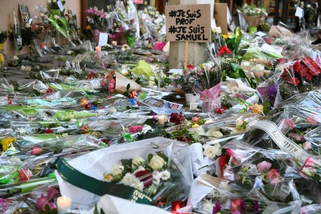 Des fleurs déposées en hommage à Samuel Paty devant son collège à Conflans-Sainte-Honorine, le 17 octobre 2020 [Bertrand GUAY / AFP]