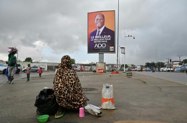 Une affiche du président Alassane Ouattara dans une rue d'Abidjan, le 15 octobre 2020 [Issouf SANOGO / AFP]